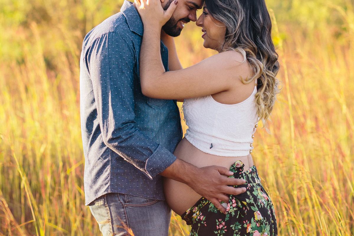 Jaqueline Melo fotografia de gestante em brasilia. Foto ao por do sol em Brasilia. Foto no parque, romance, gravida de menino