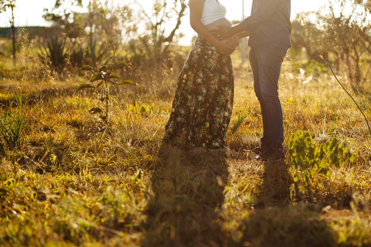 Jaqueline Melo fotografia de gestante em brasilia. Foto ao por do sol em Brasilia. Foto no parque, casal romantico gravidos, por do sol de brasilia