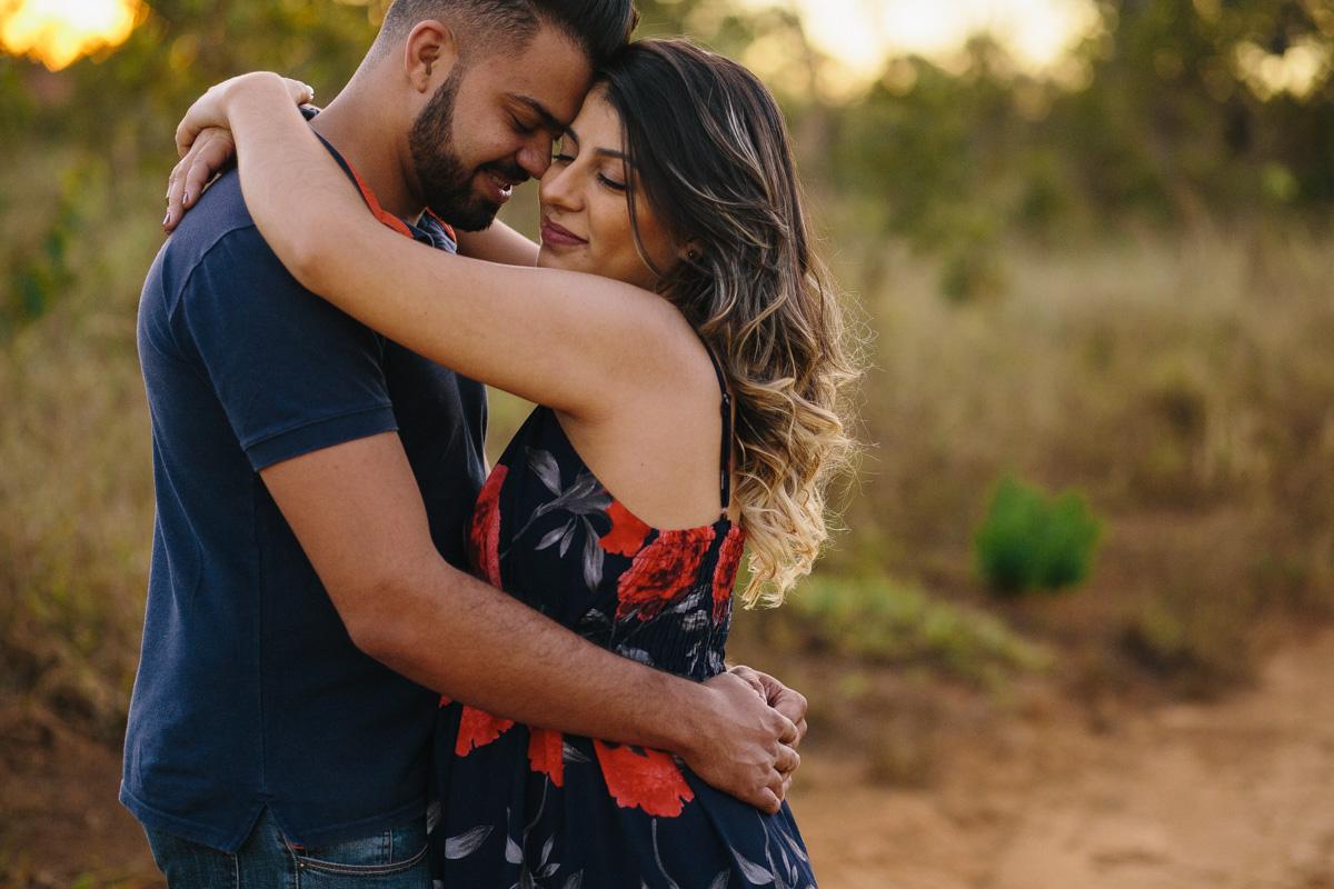 Jaqueline Melo fotografia de gestante em brasilia. Foto ao por do sol em Brasilia. Foto no parque, casal romantico gravidos