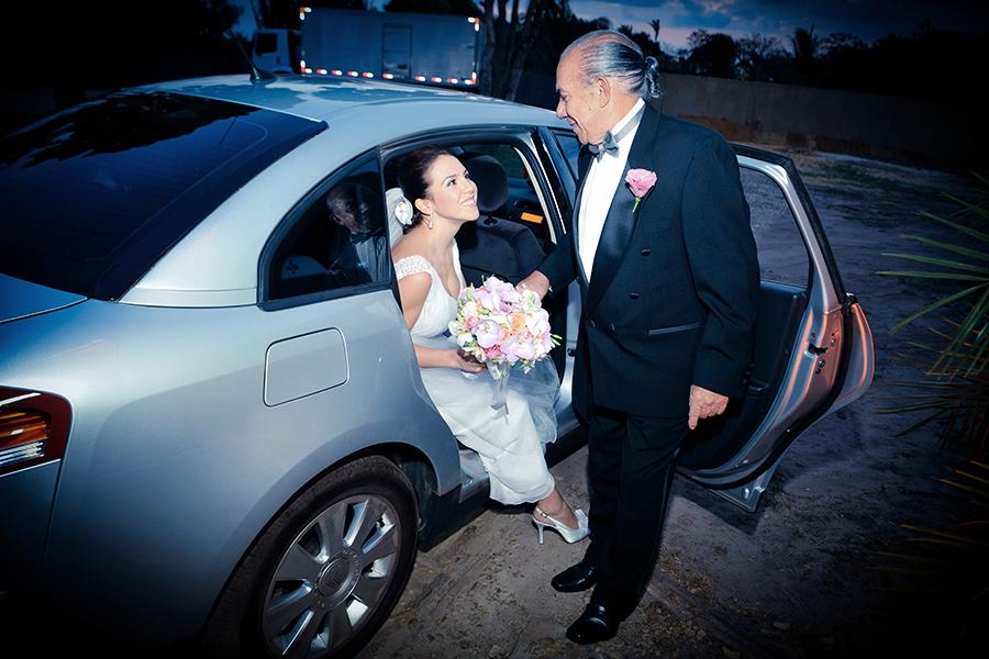 a noiva descendo do carro