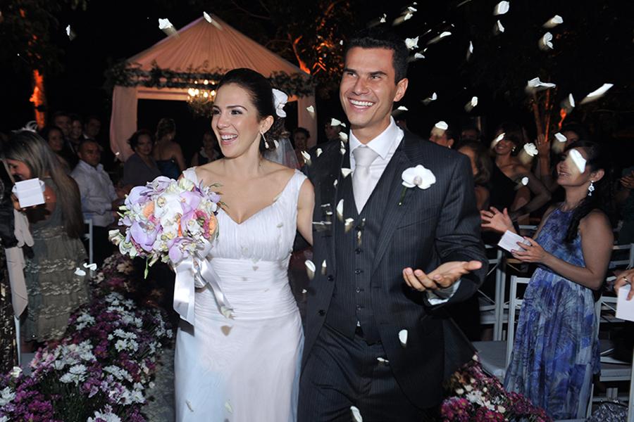 noiva e noivo saindo da igreja após a cerimônia no cilck do fotógrafo de casamento são luiz MA Ribamar Pinheiro numa cena feliz