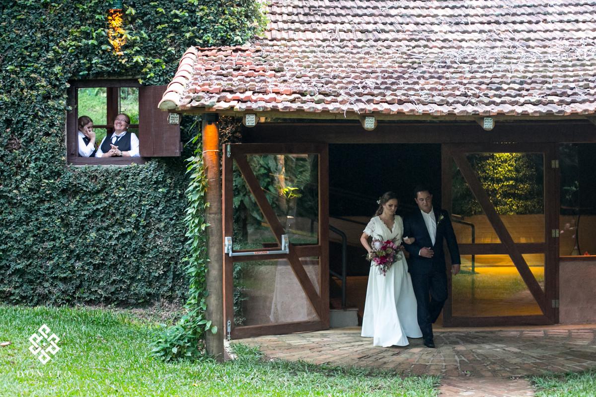 Noiva sai a frente do Haras, e o pessoal da cozinha assiste a entrada da noiva.
