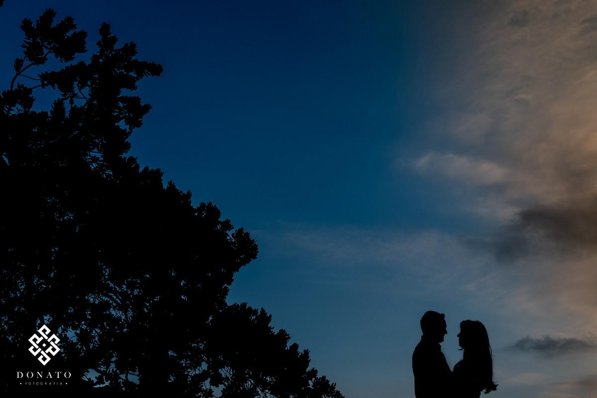 foto silhueta, com o casal namorando.