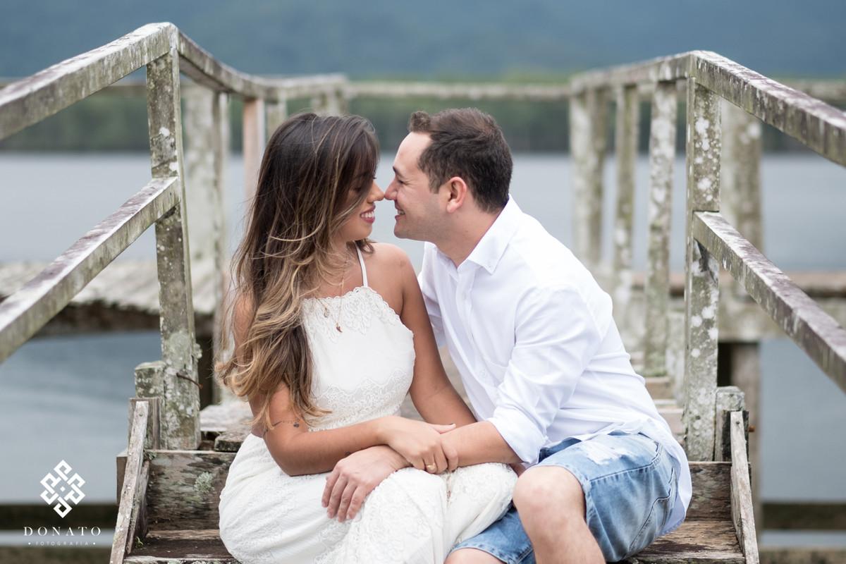 Casal se beija na praia do guaruja-sp.