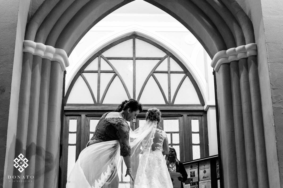 Na frente da igreja a mãe