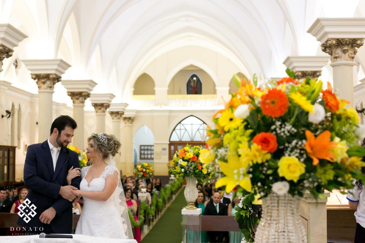 Noivos se olham na igreja de São Miguel Arcanjo - SP.