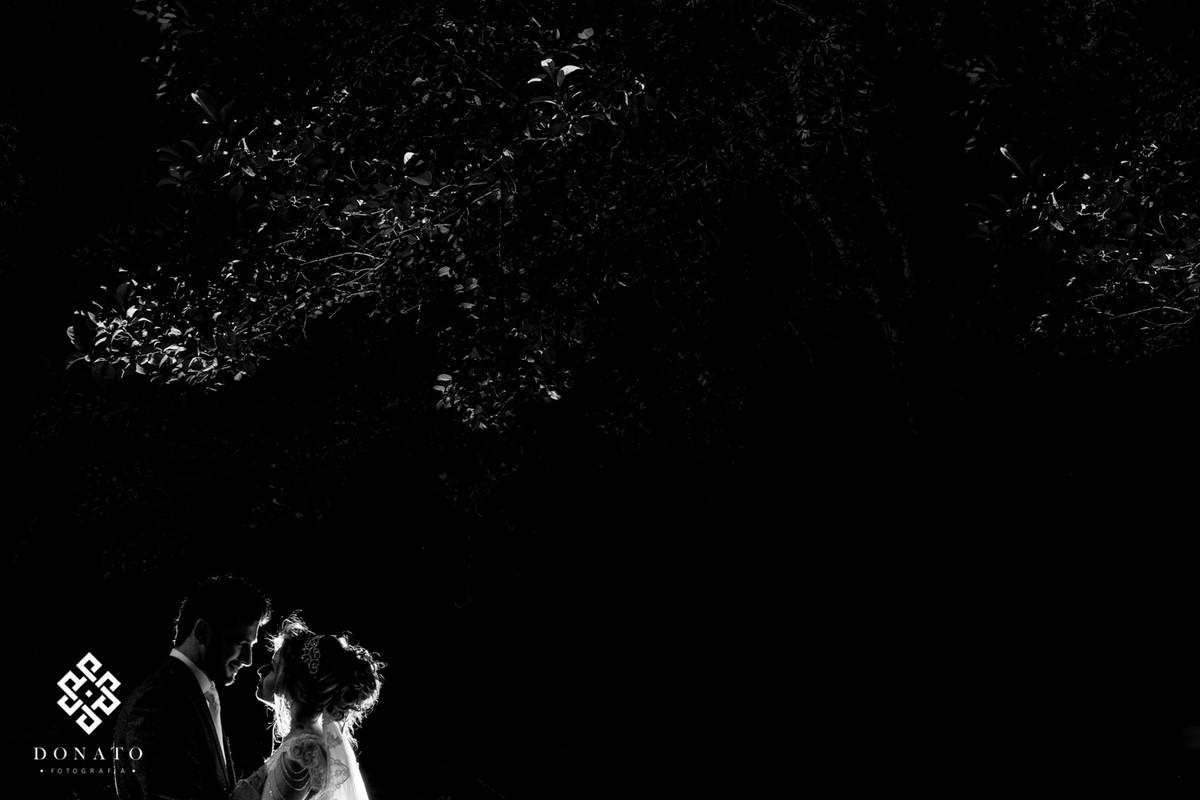 Retrato dos noivos em contra luz.