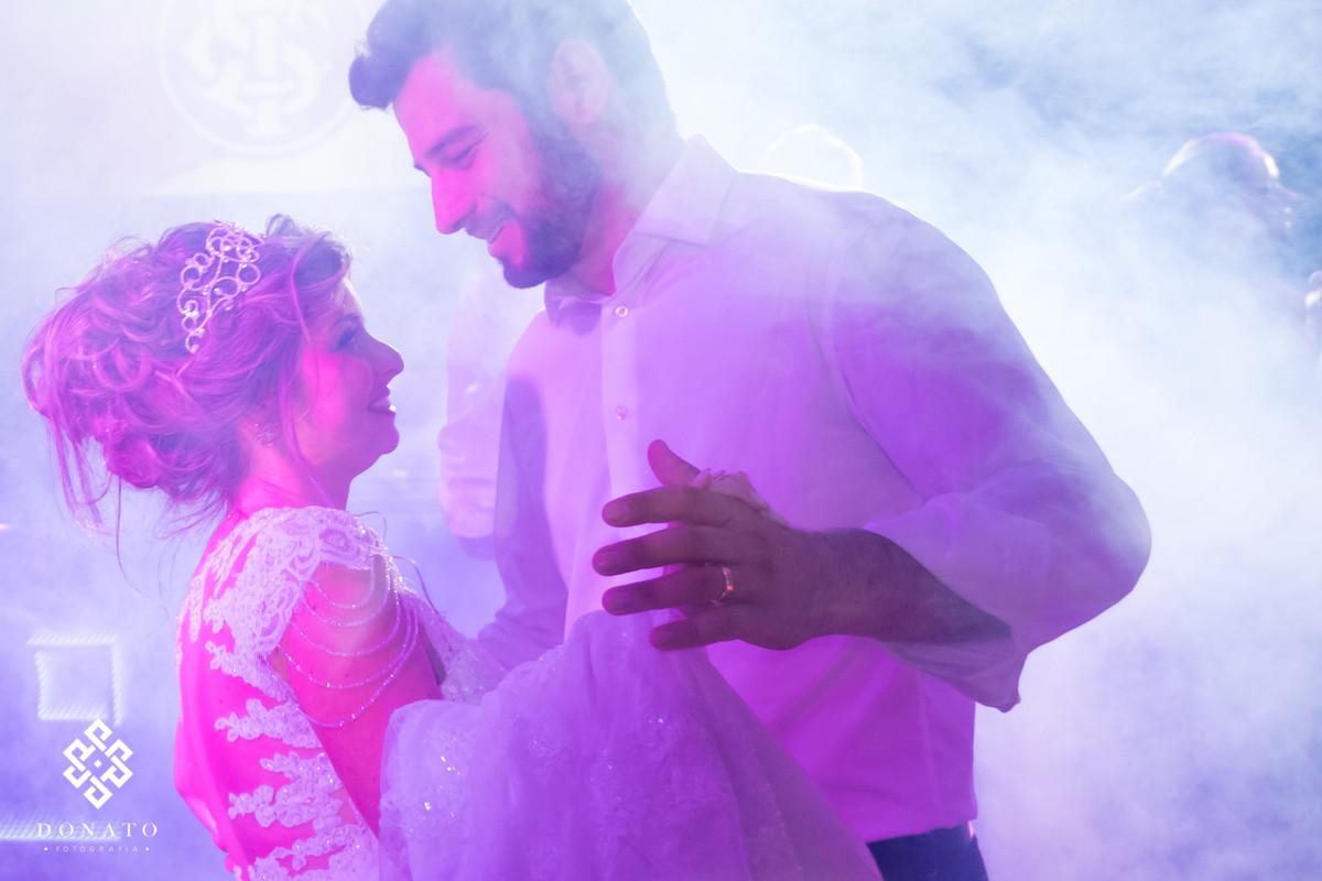 Noivos dançam uma musica romântica.