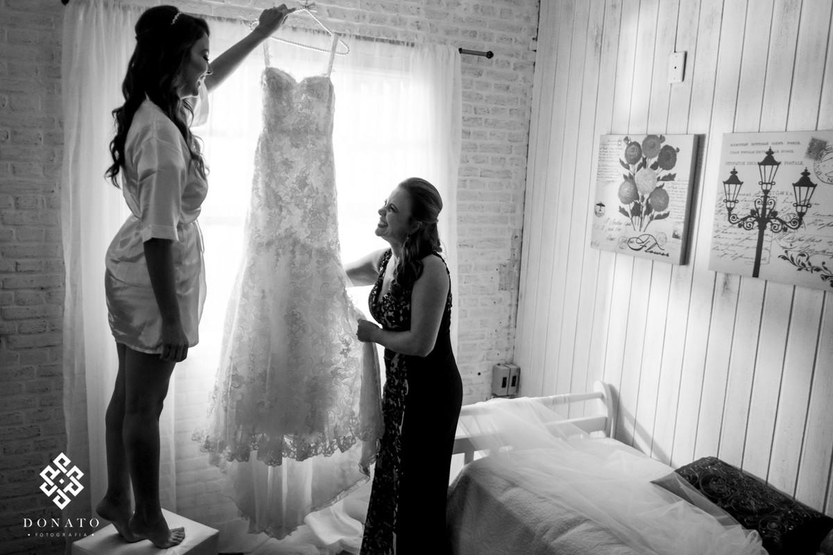 mae e noiva, conferem o vestido de noiva.