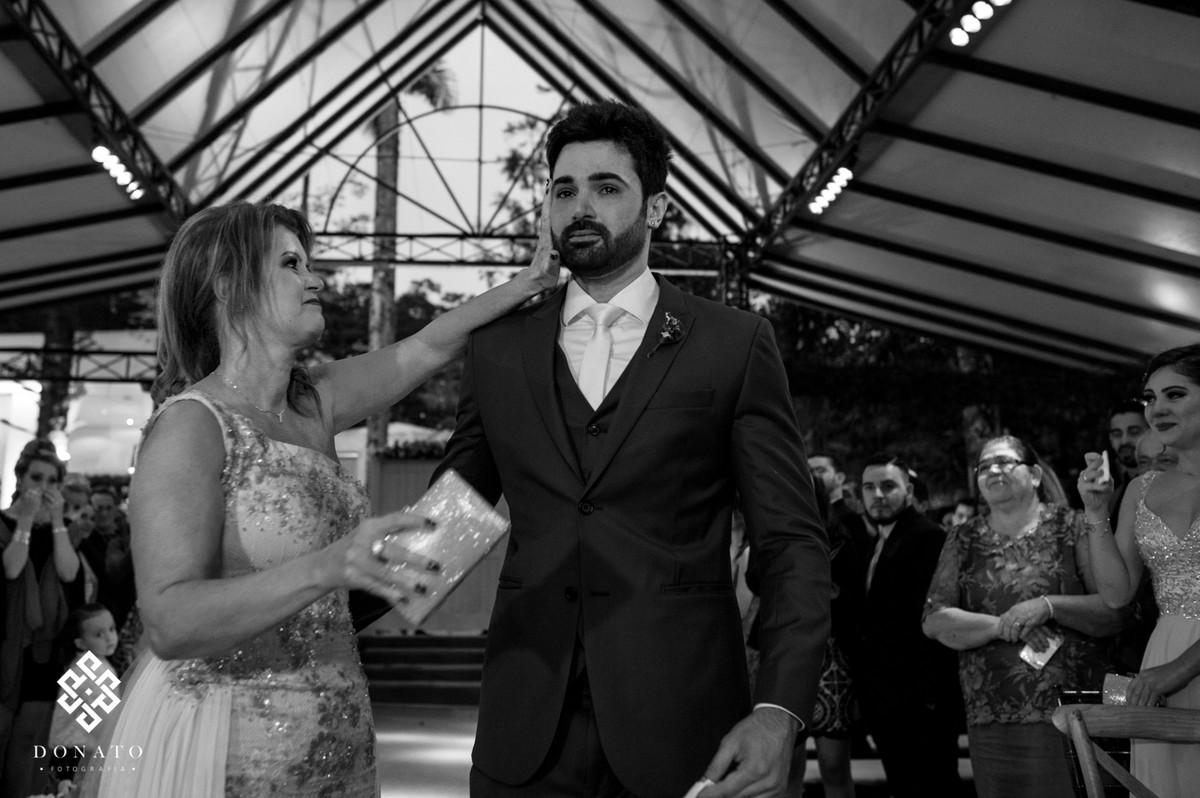 mae e noivo se emocionam antes da entrada da noiva.