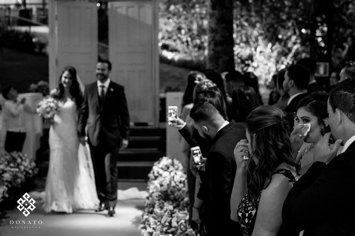 noiva entra e convidados choram emocionadas.