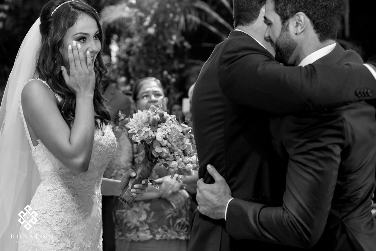 pai da noiva entrega a noiva ao noivo.