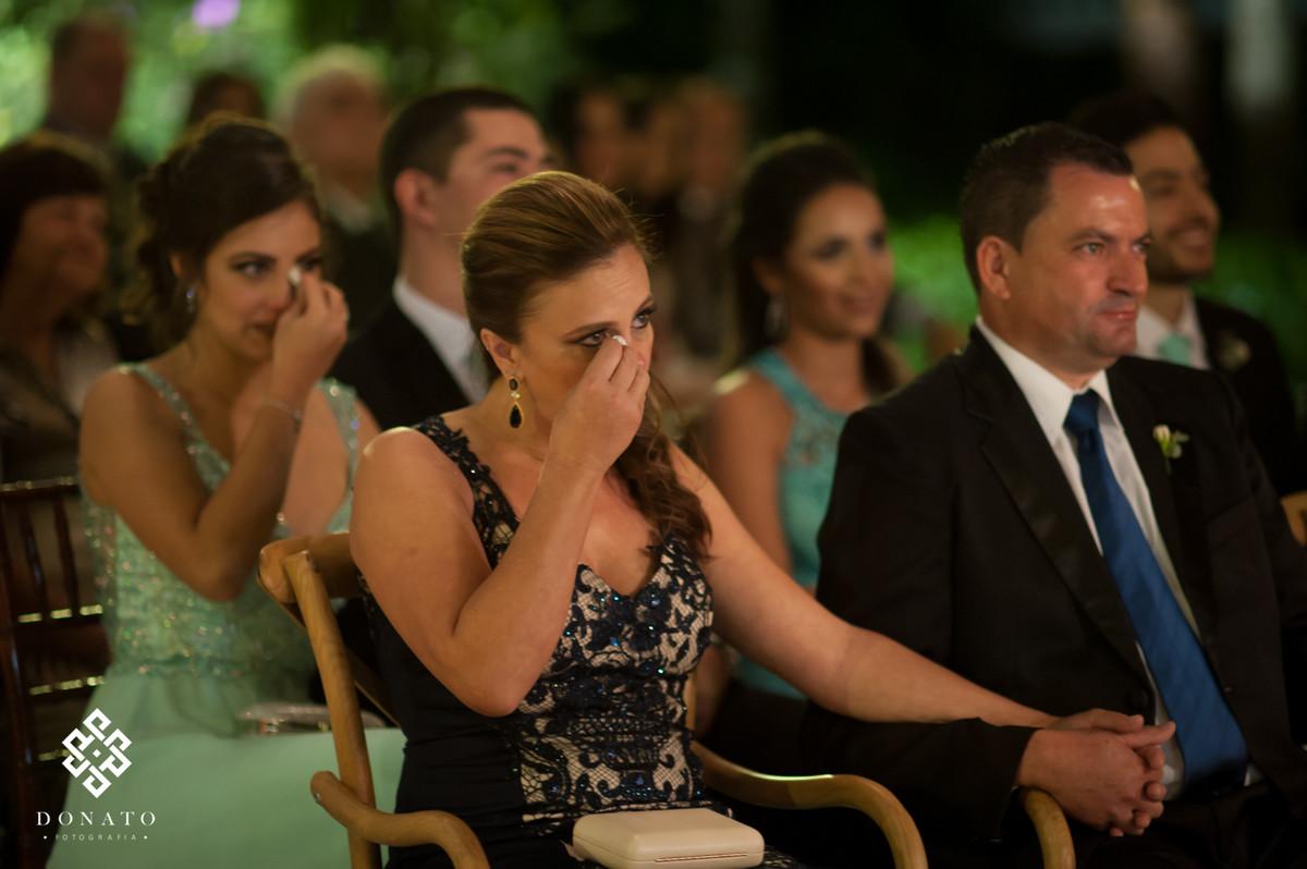 Mae e irmã, secam as lagrimas de emoção em uma cerimonia linda.