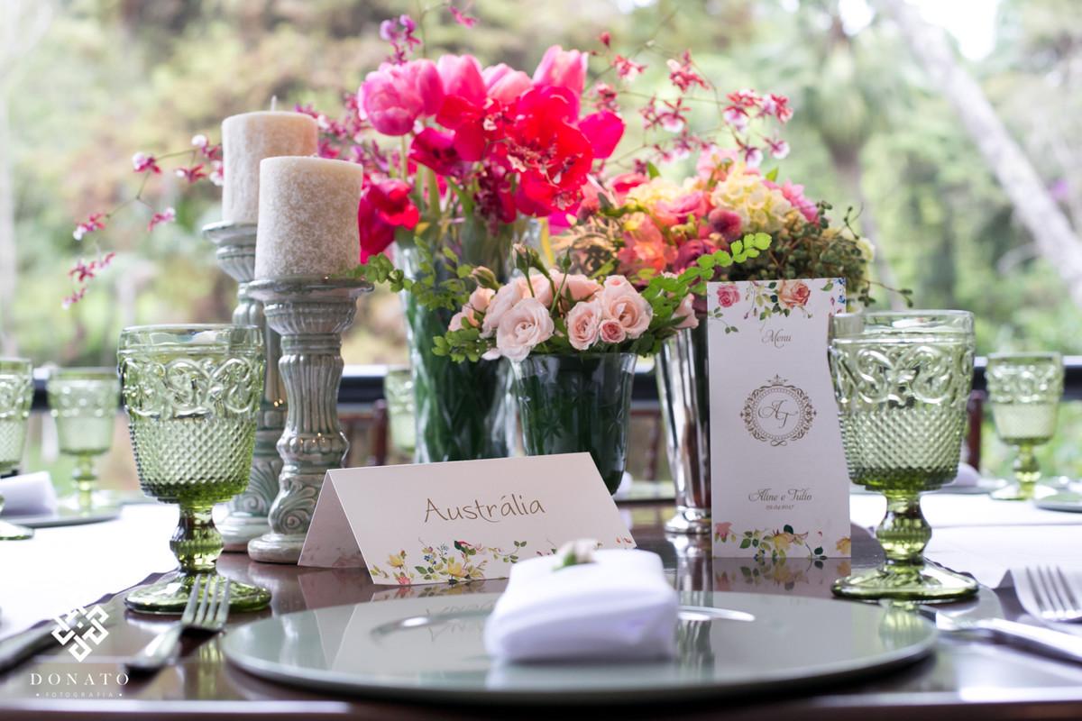 Decoração da Concept Party, mesa com detalhes das flores.