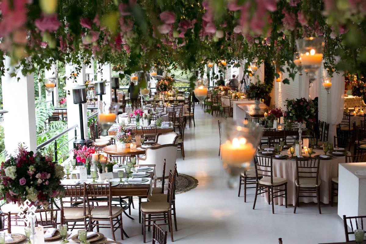 Visão geral da decoração, com teto de flores e velas.