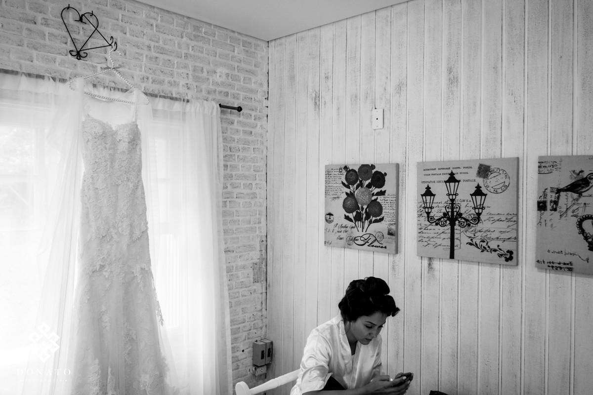 Noiva conversa via whatsapp, ao fundo o vestido de noiva.