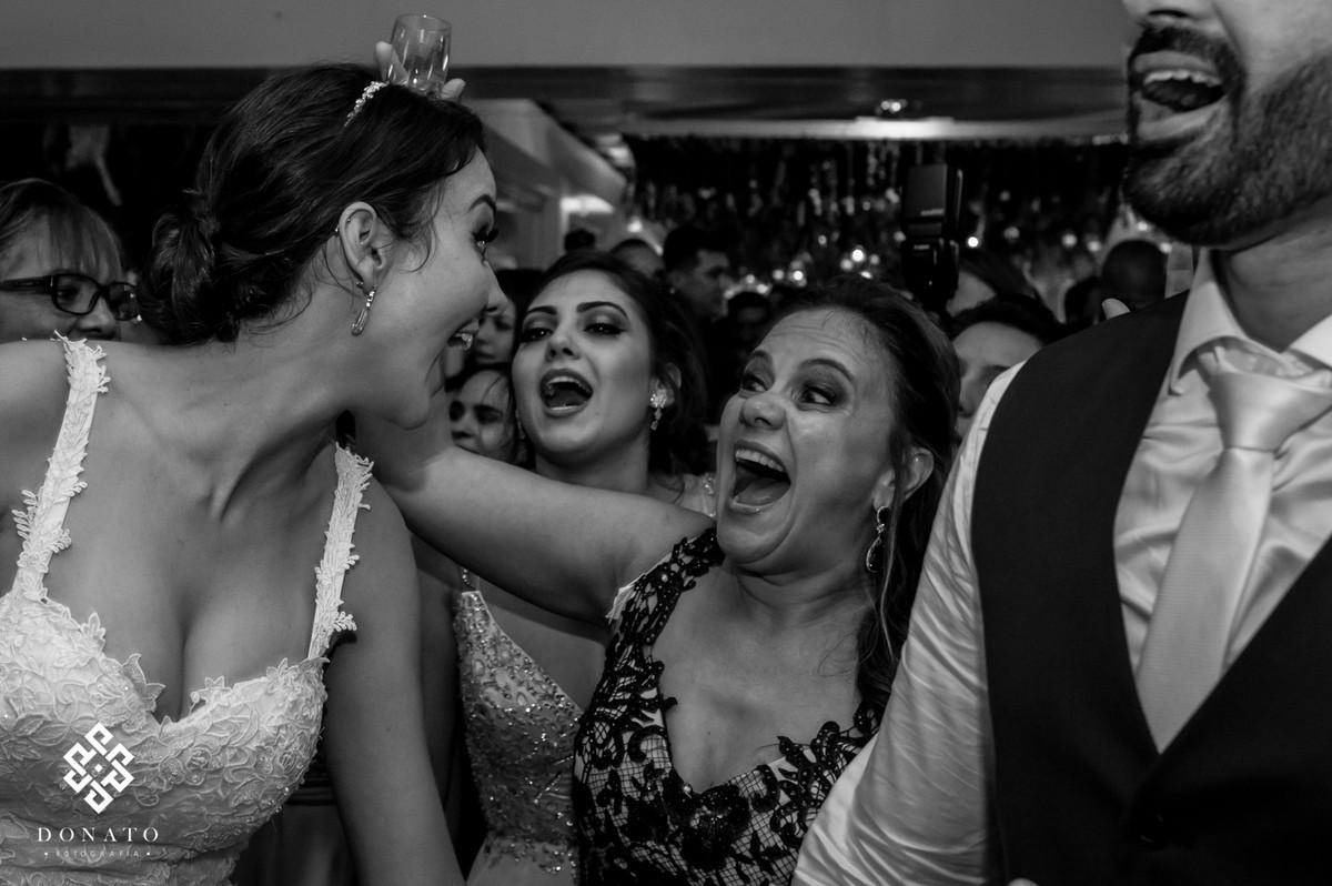 Noiva e mae se diverte muito.