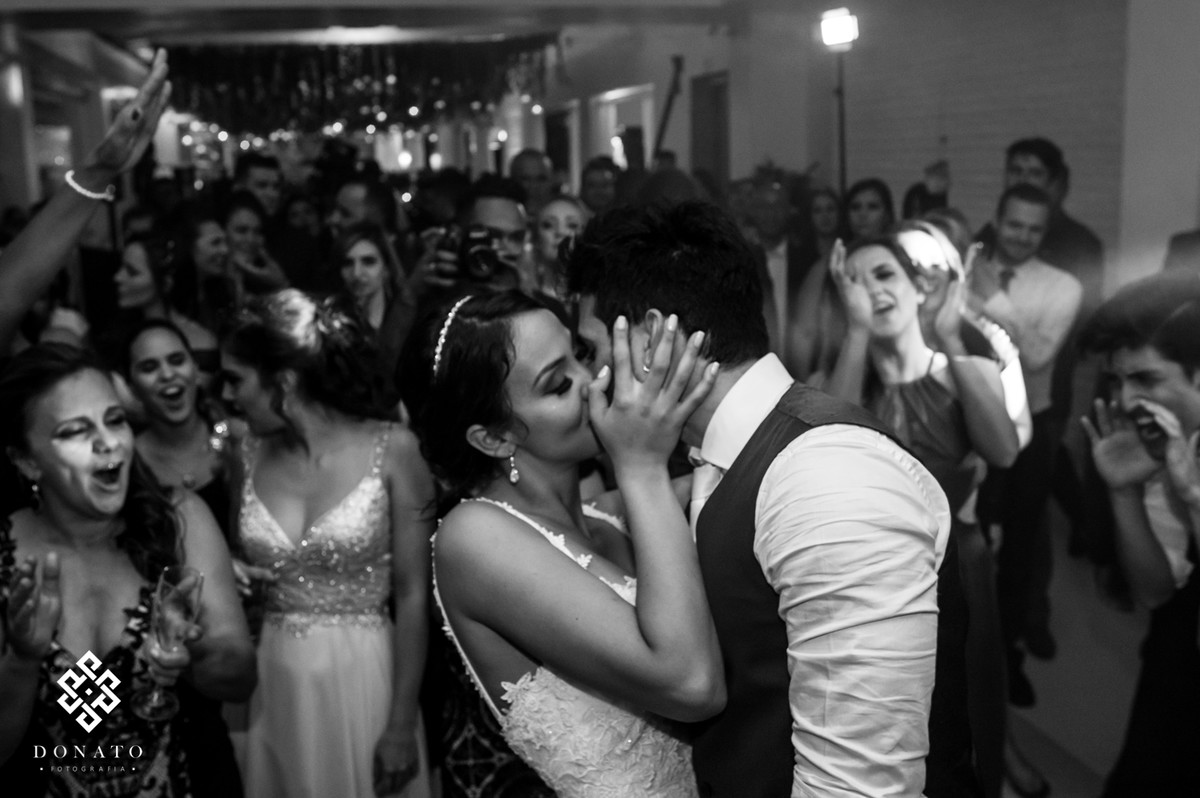 Noiva beija o noivo na pista de dança da fazenda 7 lagoas.