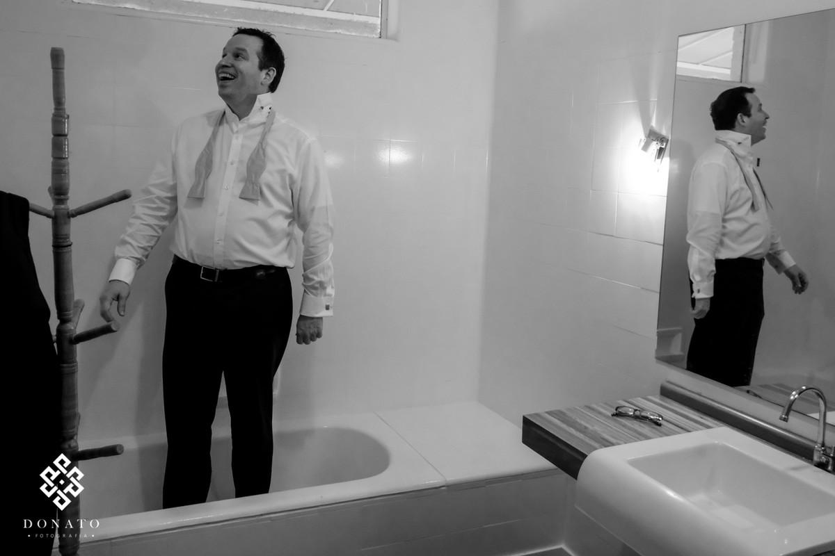 Noivo se arruma dentro da banheira.