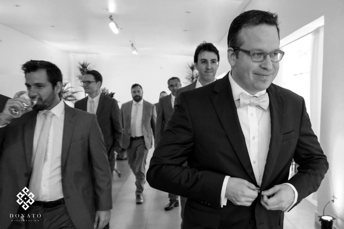 Noivo e padrinhos vão para a cerimonia.