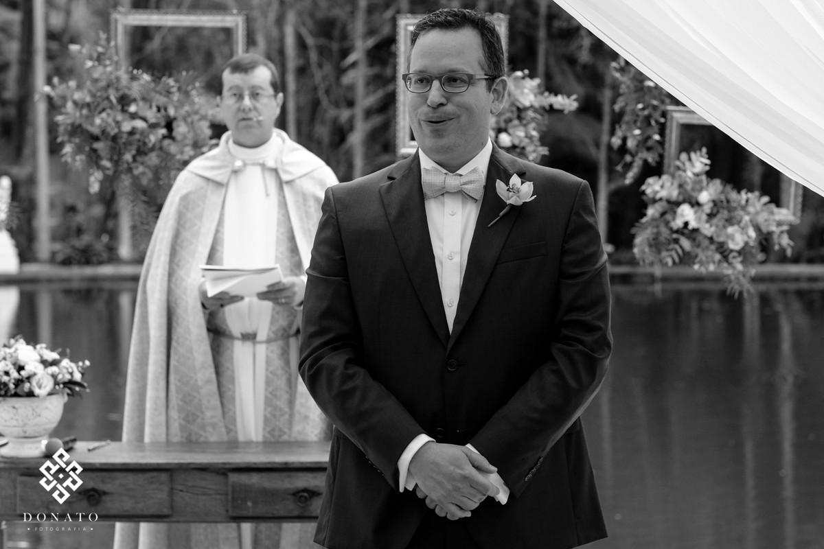 Noivo esperando a noiva fica nervoso.