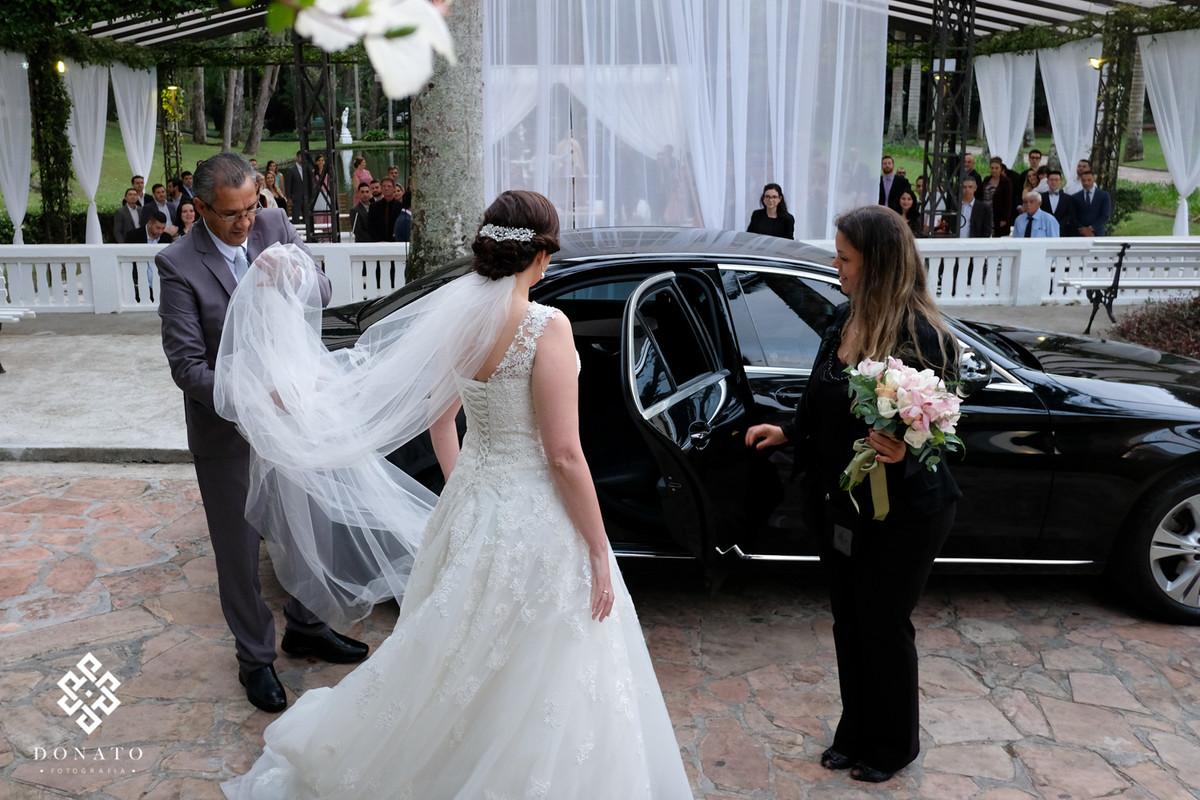 Noiva entrando na cerimonia com a ajuda das meninas da L'Altare.
