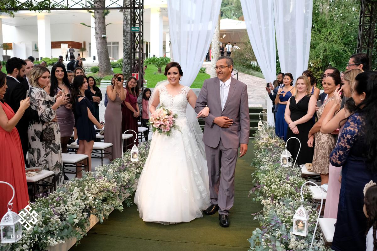 Noiva com seu pai entrando na cerimonia da Fazenda 7 Lagoas.