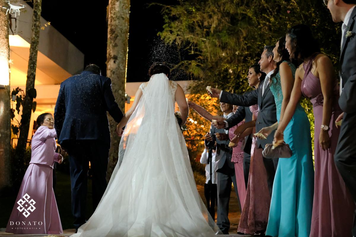 Saida dos noivos com chuva de arroz.