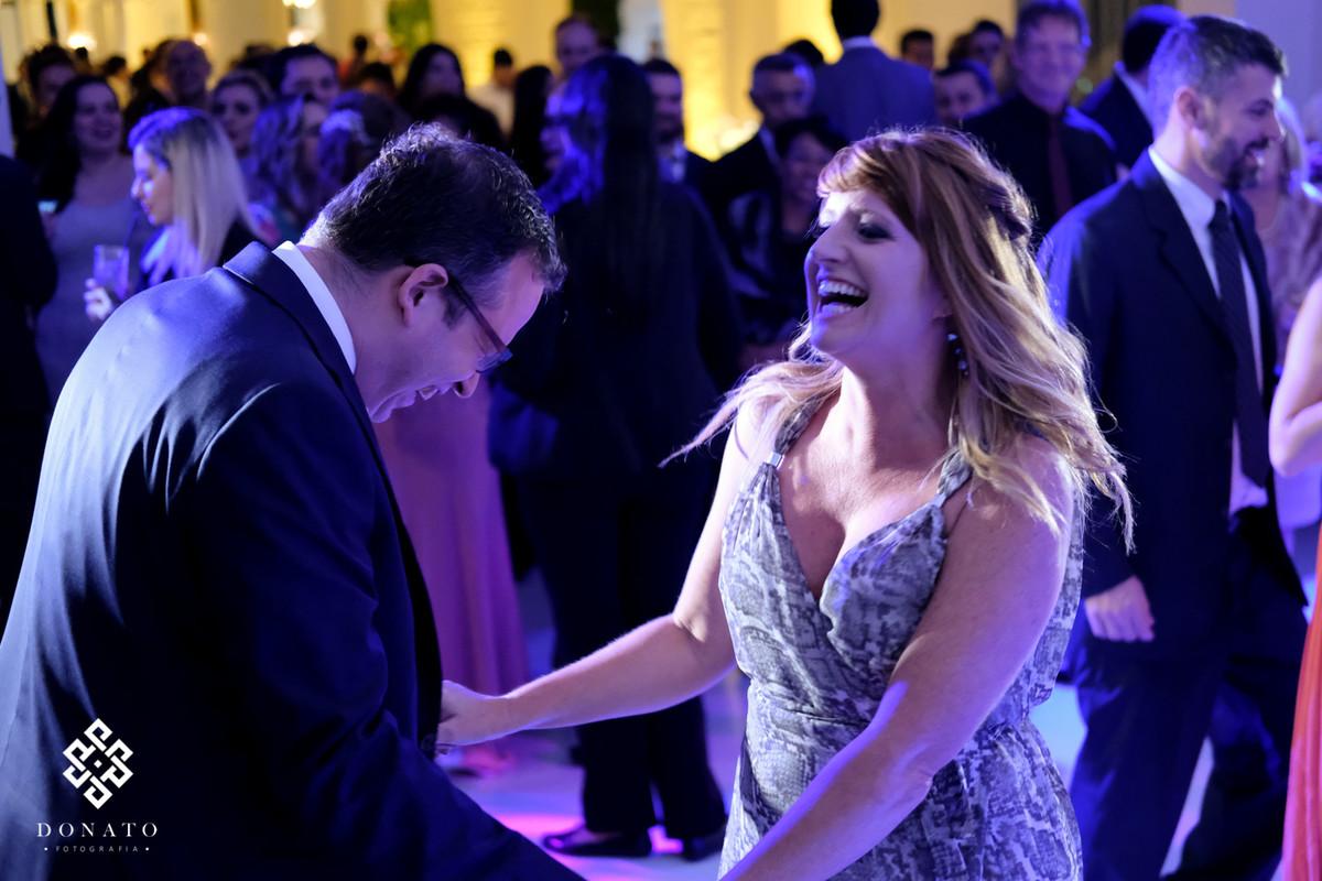 Noivo dançando com prima na pista de dança.