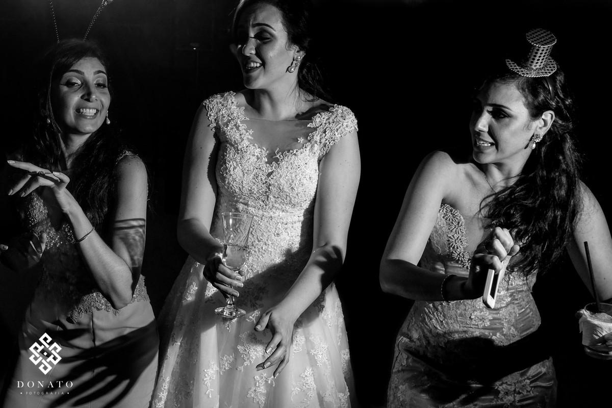Noiva dança com as suas irmãs.
