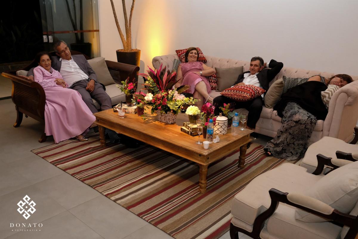 Convidados descansam no sofá da fazenda 7 lagoas.