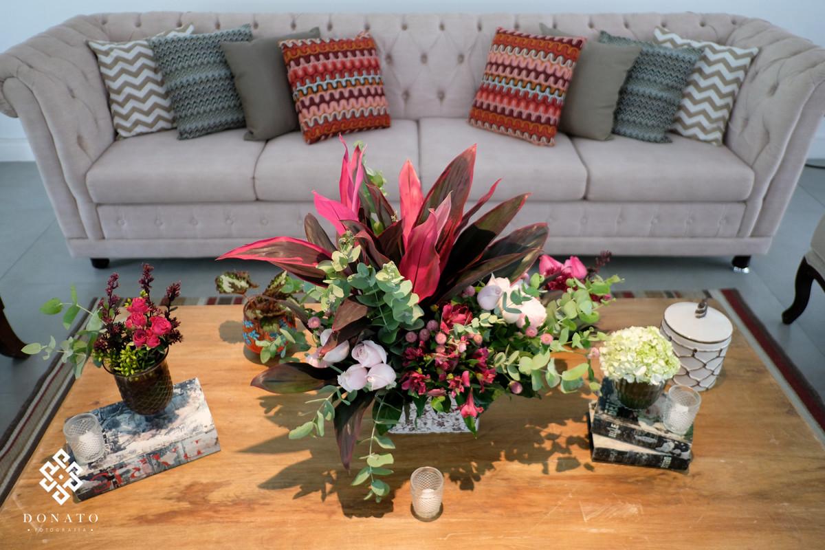 Lindo sofá na Decoração feita pala Florearte.