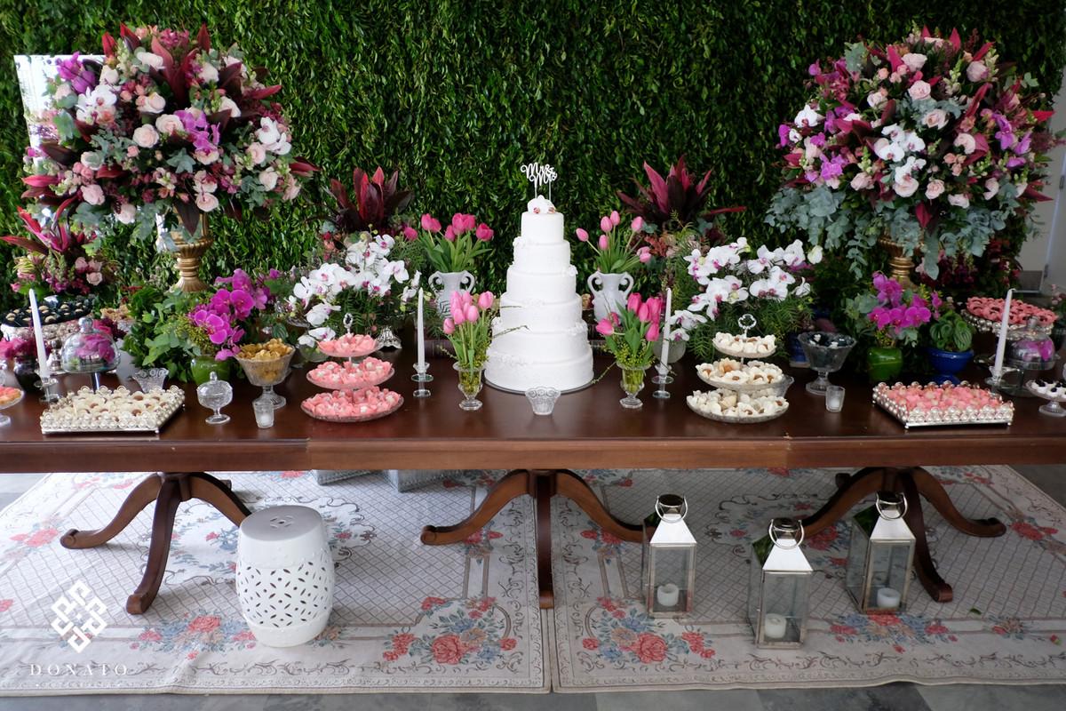 mesa do bolo com docinhos da Soul Sweet