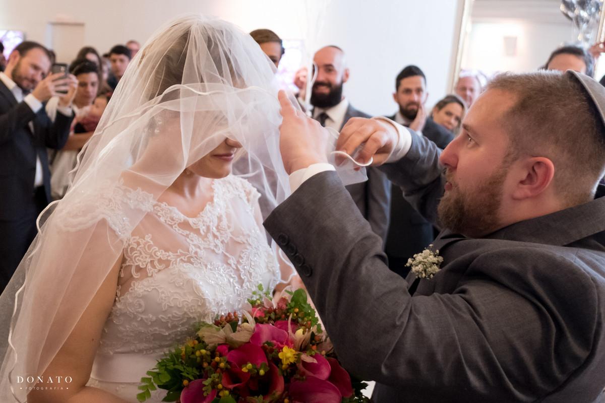 Noivo cobre o rosto da noiva em um dos rituais do casamento judaico.
