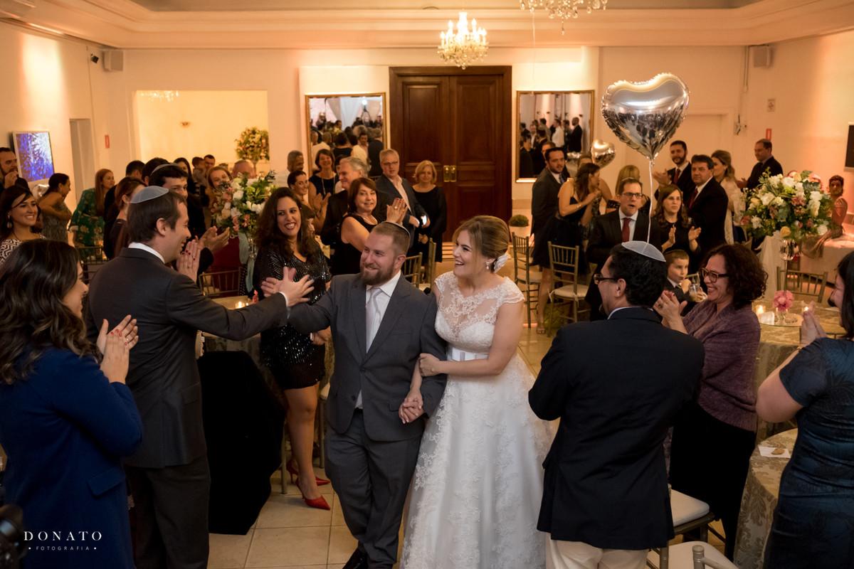 Entrada dos noivos na festa do buffet Fiorelo.