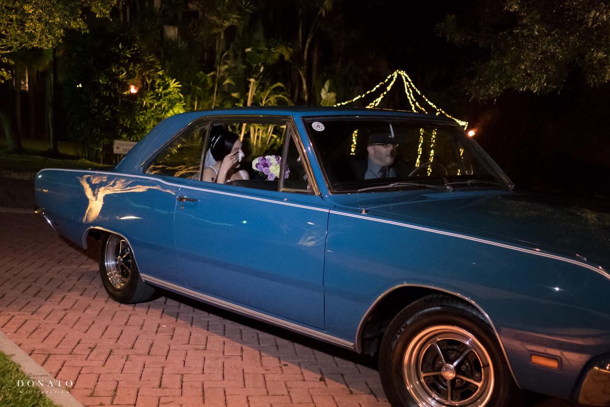 Noiva dentro do carro antigo, a espera da entrada dos padrinhos no sitio são Jorge.