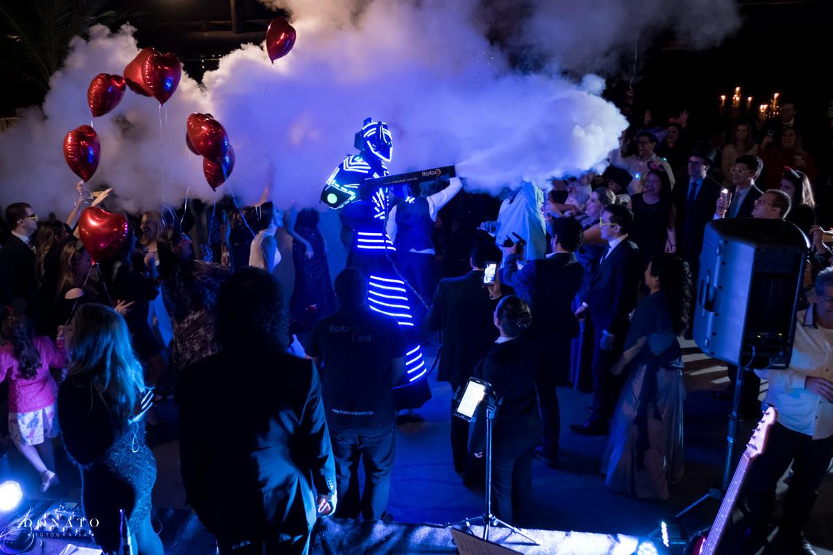 Robo de led na pista de dança, solta muita fumaça.