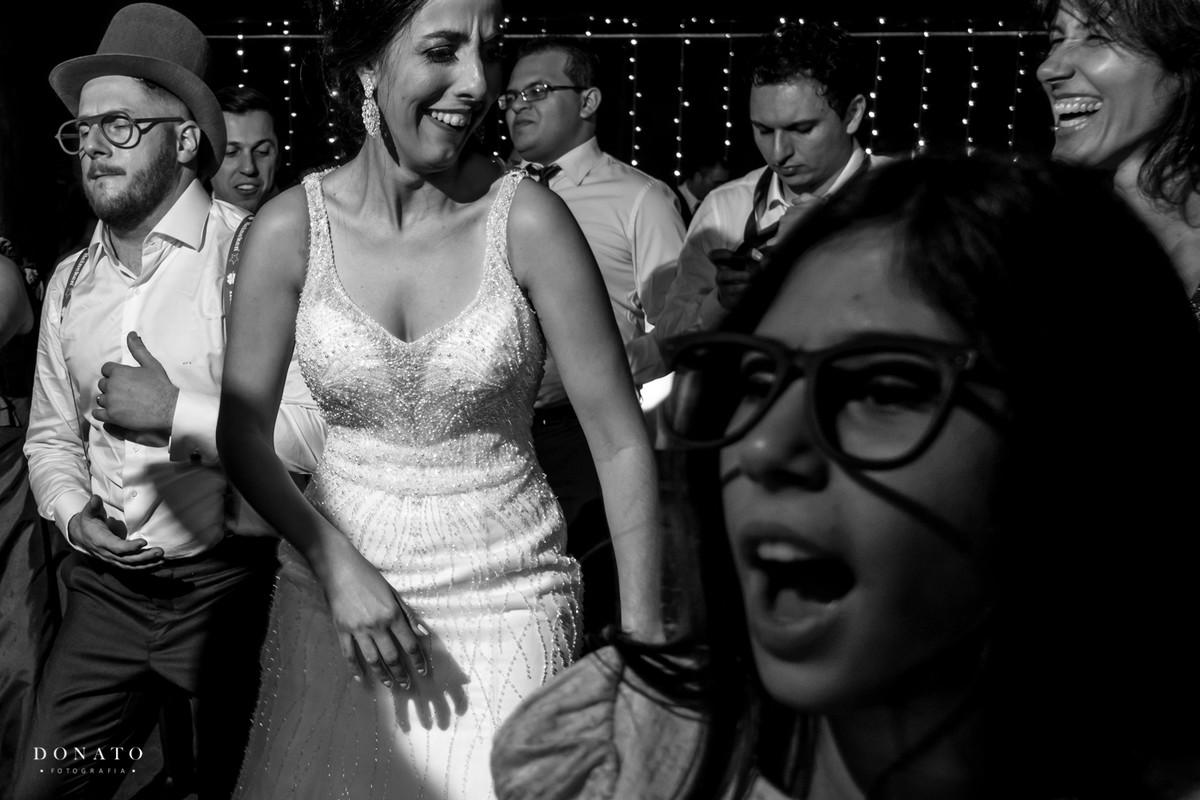Noiva dança com as amigas.