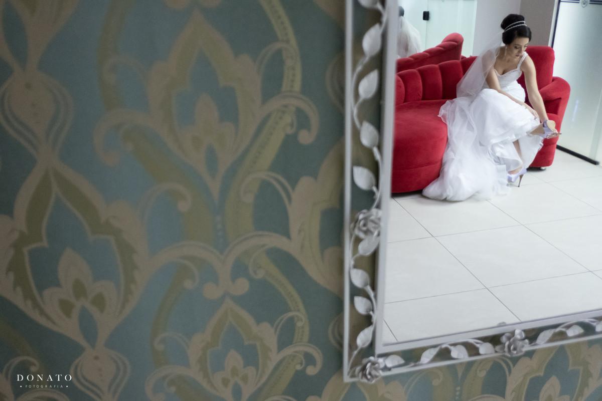 Noiva refletida no espelho do salão Absolute de São Bernaro do Campo.