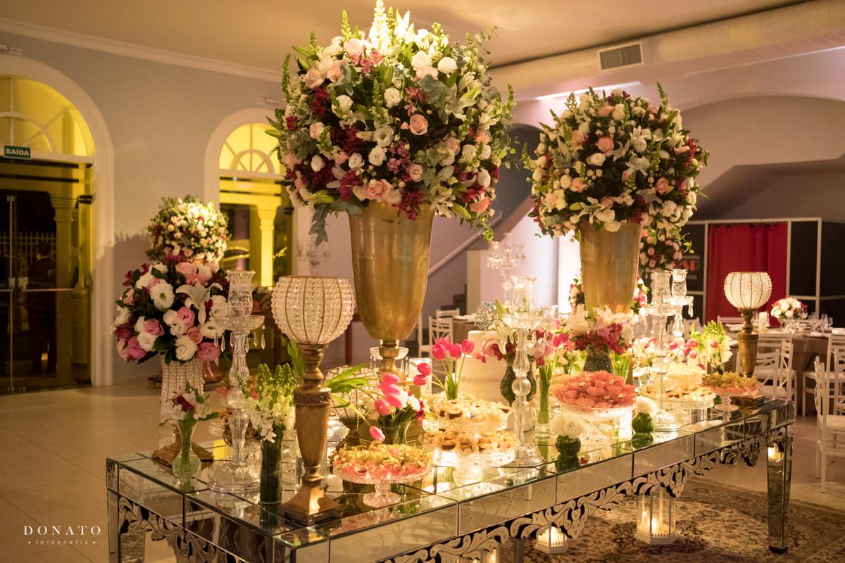 Decoração da Keops, mesa de doces e flores.