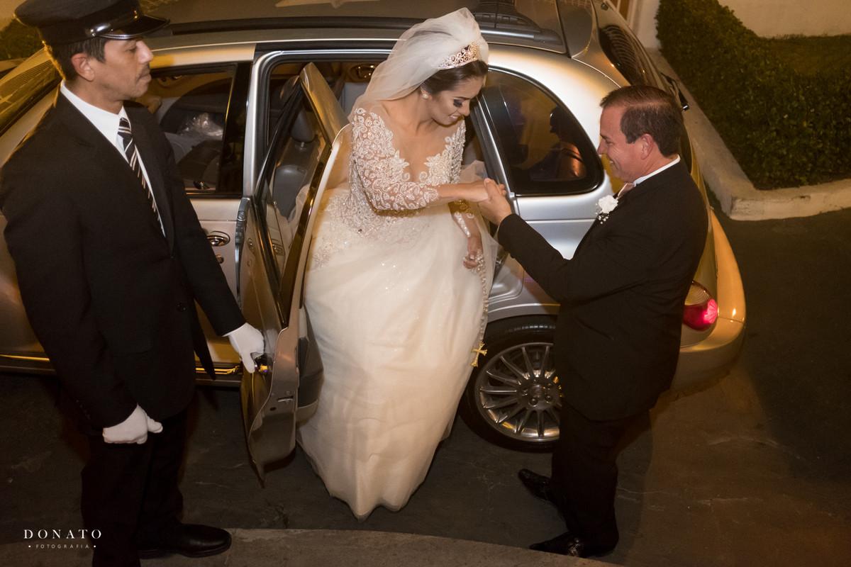 pai tira a noiva do carro para entrar na cerimonia do buffet adelina.
