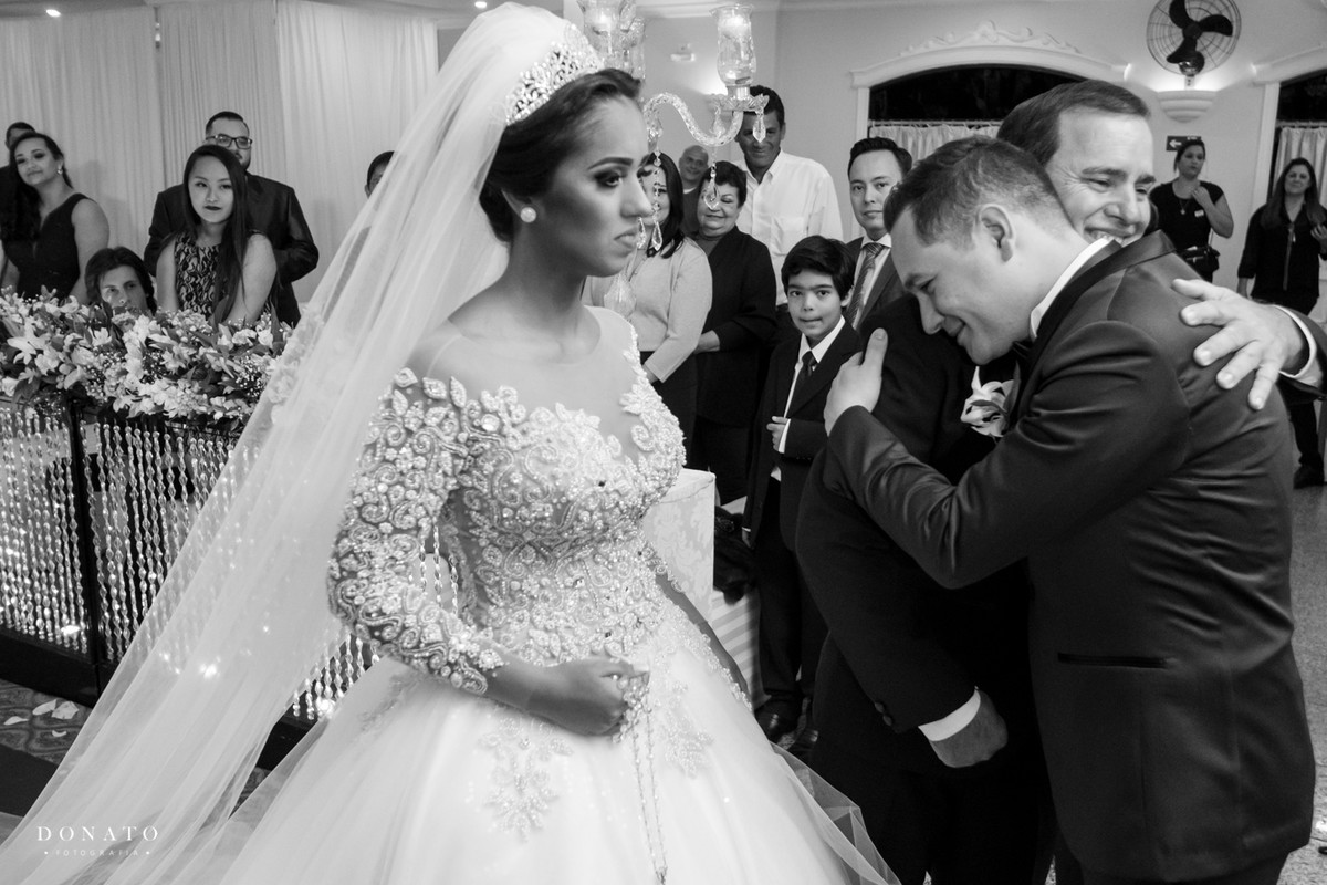 Noivo comprimenta o pai da noiva no corredor da cerimonia do buffet adelina.