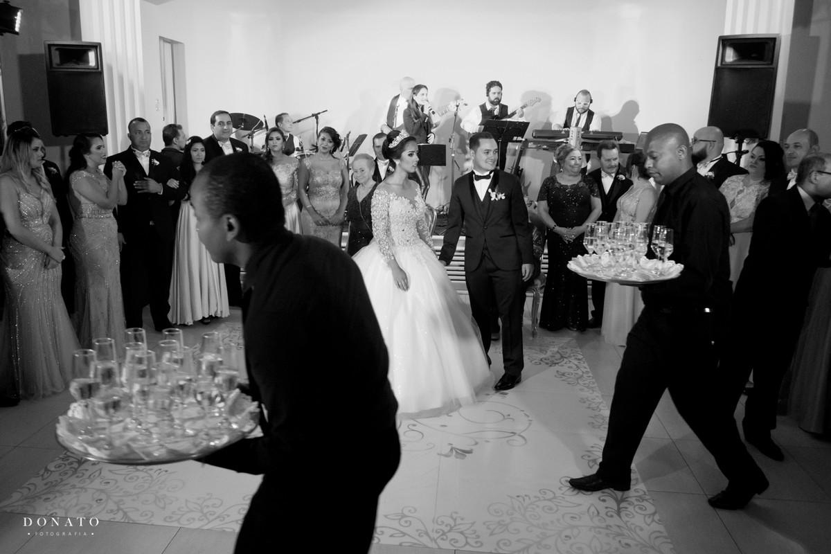 Hora do brinde, noiva e noivo esperam para serem servidos pelos garços do buffet adelina.