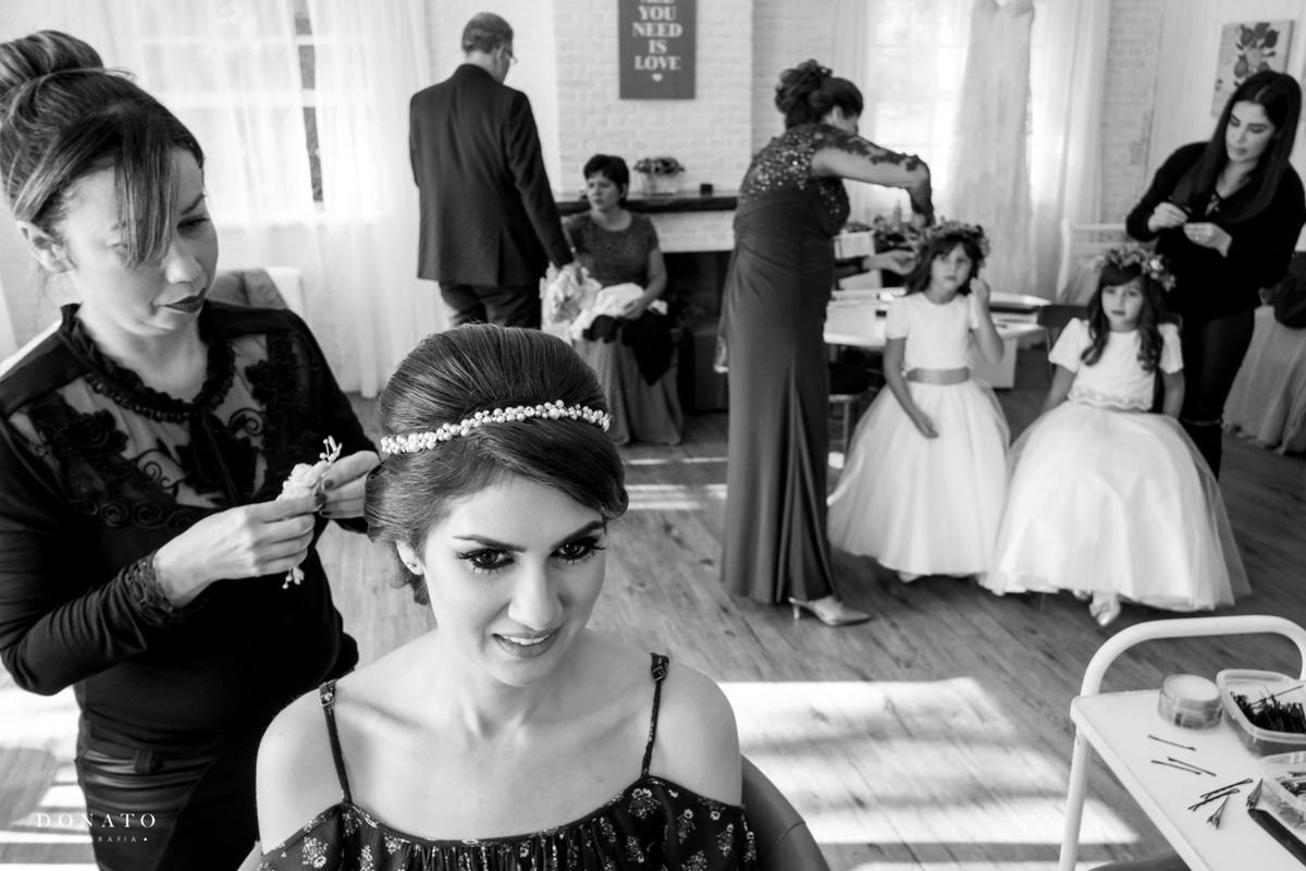 Evelyn Conversani e Cris Peçanha, finalizam o maki-up da noiva na fazenda 7 lagoas.