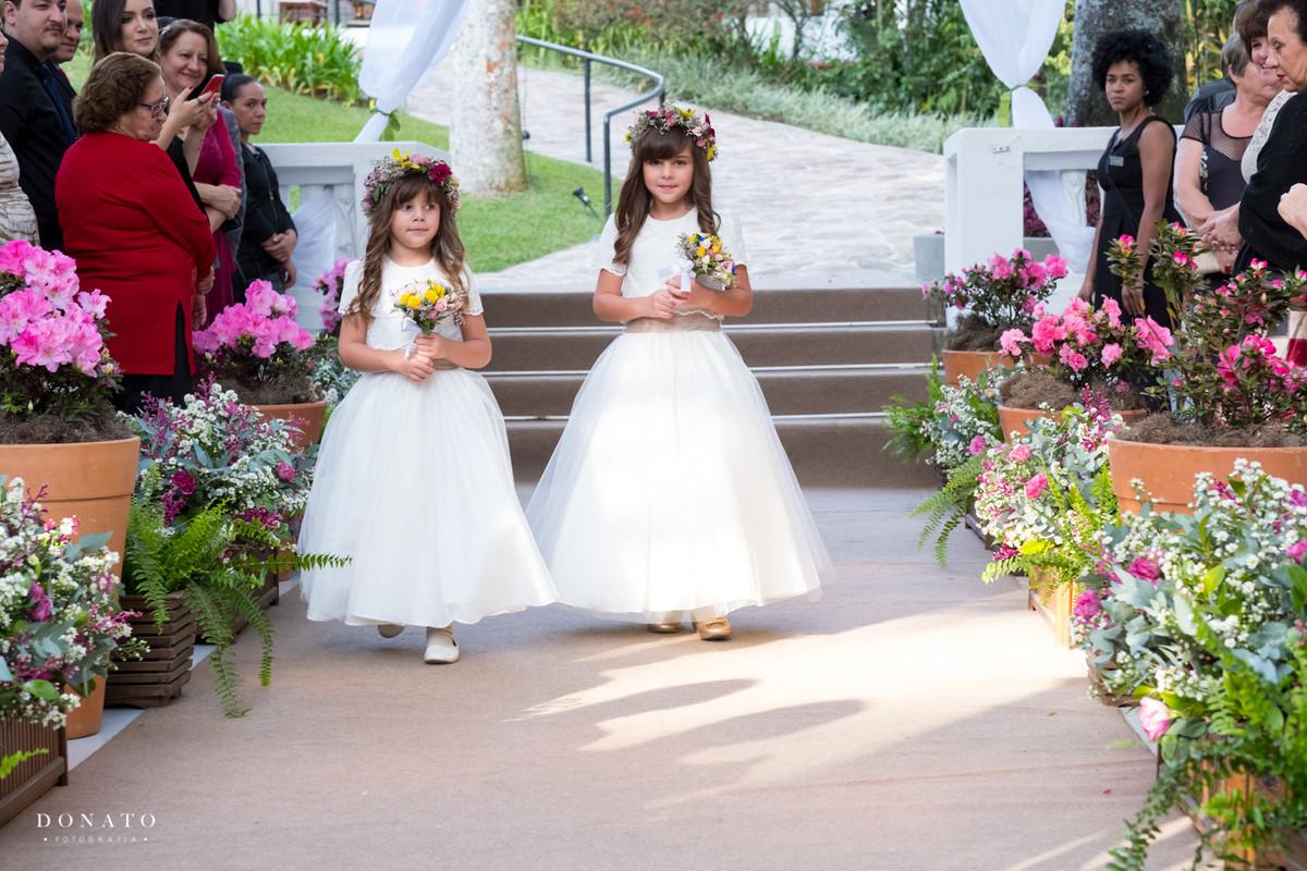 entrada das daminhas na cerimonia feita na fazenda 7 lagoas.