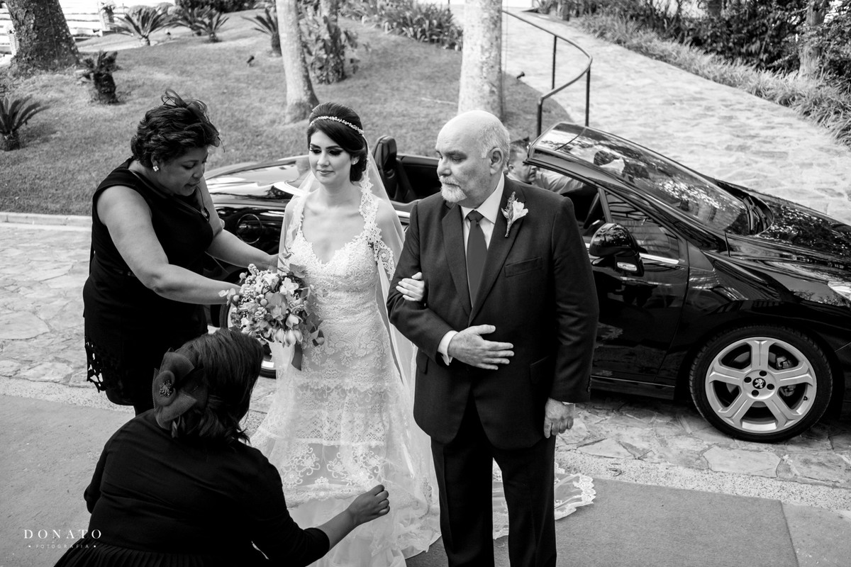 meninas da jah Eventos arrumam a noiva para sua entrada.