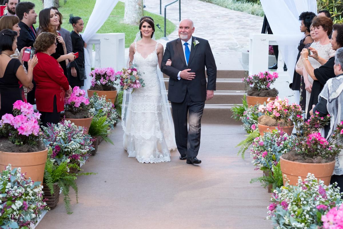 noiva entra no corredor da cerimonia feita especialmente com decoraçã da Concept party na fazenda sete lagoas.