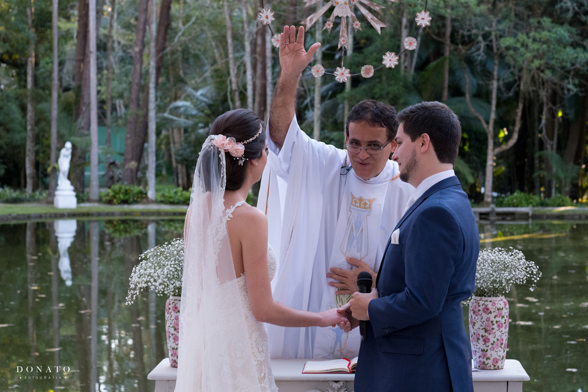 padre abençoa o casamento.
