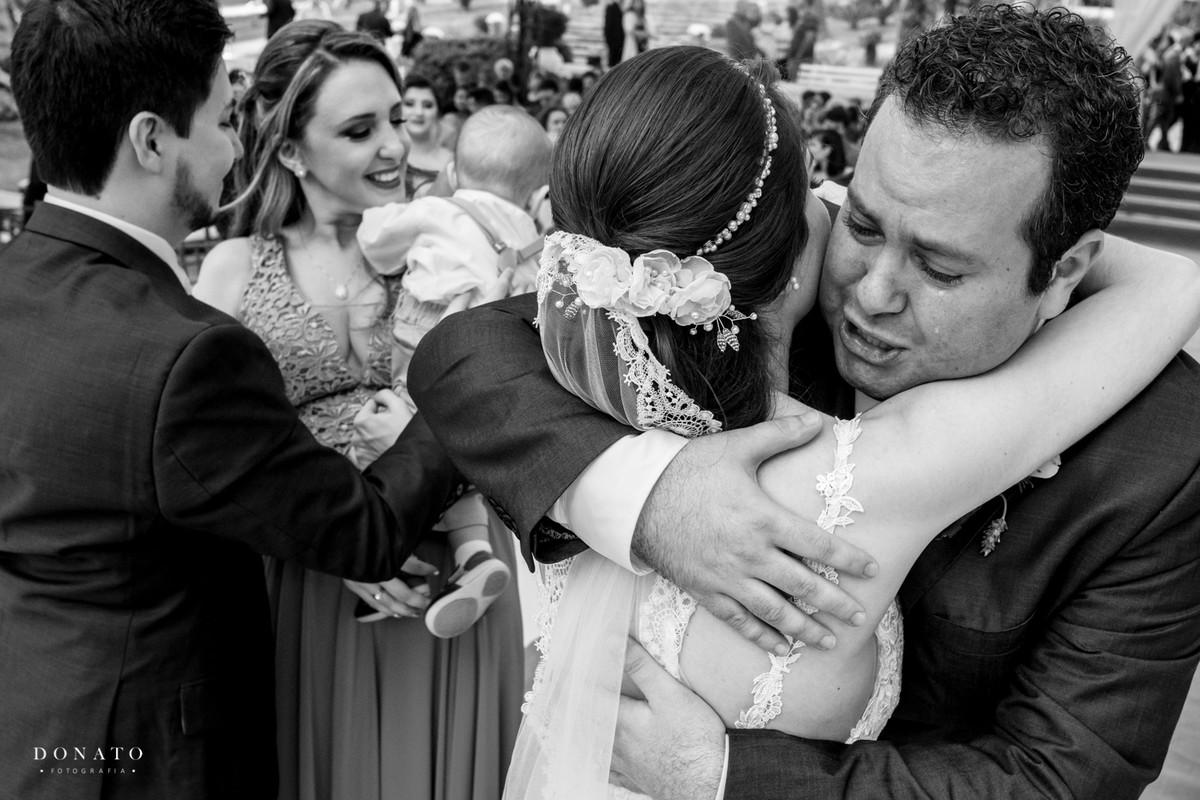 padrinho abraça a noiva