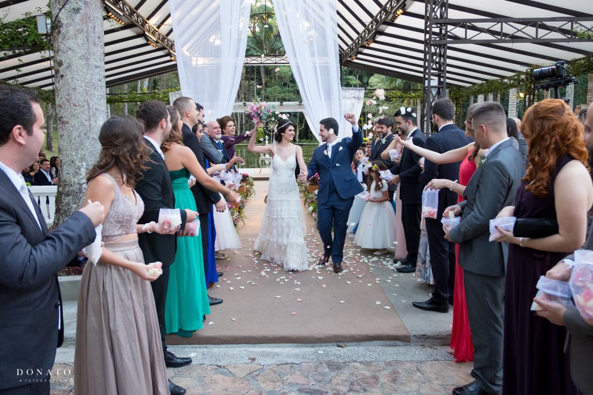 saida dos noivos da cerimonia.